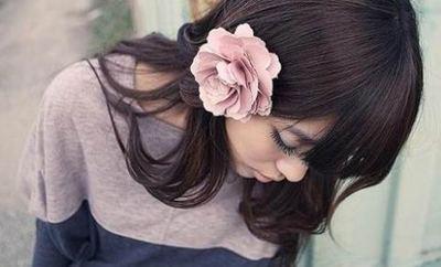 女 花短发烫发发型设计朵发饰齐放发间